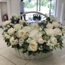 Коробочка из белых роз